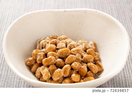 小鉢に入れられた納豆(中粒)。(薬味やトッピングなどのない状態。) 72639857