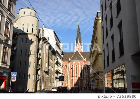 ヨーロッパの風景が広がるウィーンの市街地の通り 72639880