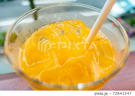 しぼりたての100% オレンジジュース 72641547