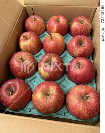 青森の農園から取り寄せたダンボール入りのサンふじりんご 72642566