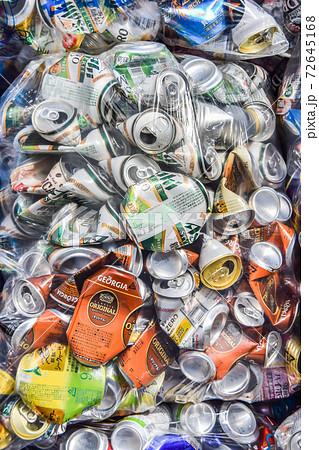 袋詰めされた多数のアルミ缶 72645168