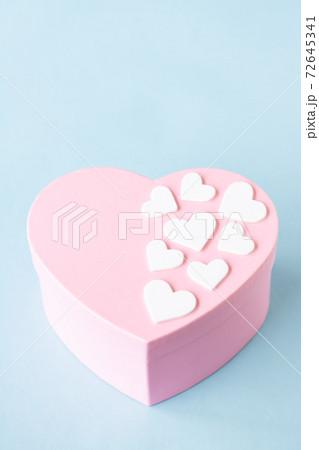 ピンクのハートボックスと白いハートシール 72645341