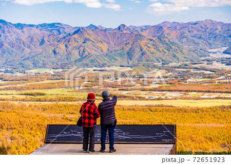 (山梨県)秋の清里テラス 甲斐の山並みを望む人達 72651923