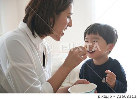 子育てする母親・男の子の子育てイメージ 72663313
