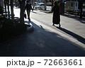 舗道の人影(表参道) 72663661