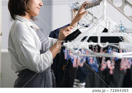 洗濯物干し・家事をする女性イメージ  72664365