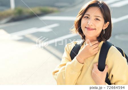 私服の主婦・ラフな格好の女性イメージ 72664594