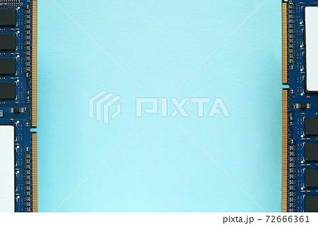 青い紙の上に部品面を見せて左右の端に置いたのデスクトップパソコンのDDR3増設メモリー 72666361
