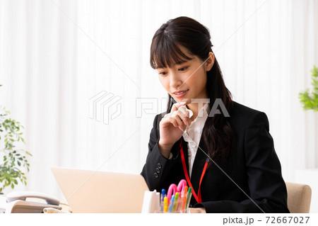 オフィスでノートパソコンを使う若い女性 72667027