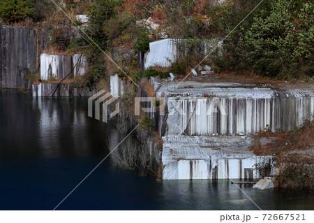 ロマンチック茨城(白く澄んだ岩肌均等の取れた石目が湖面に反射して一段と美しく輝く。稲田御影石採石場) 72667521