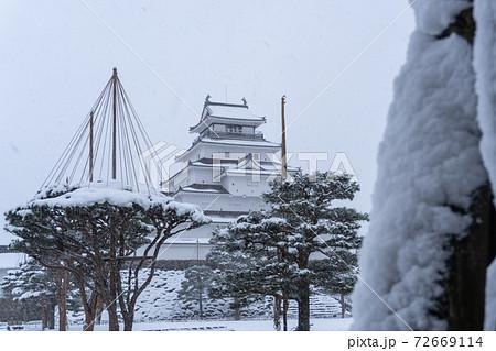 冬、松の雪吊りと会津若松鶴ヶ城(会津若松城) 72669114