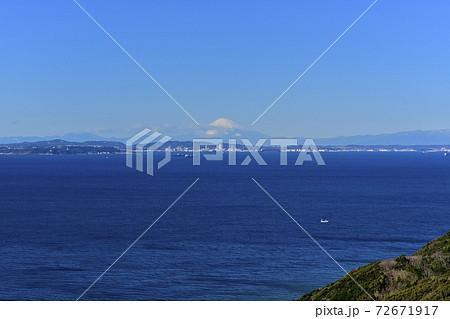 東京湾観音天上界(展望室)からの東京湾越しの富士山 72671917