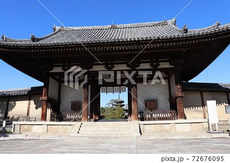 法隆寺南大門と五重塔 世界遺産 国宝 奈良県 72676095