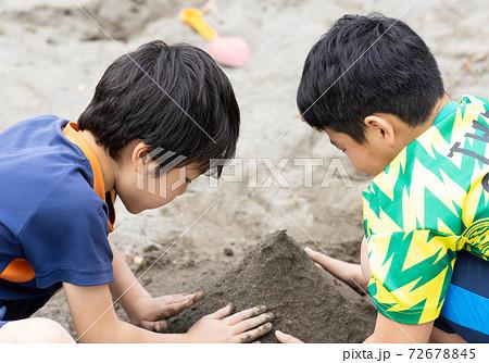 砂場で遊ぶ子どもたち 72678845