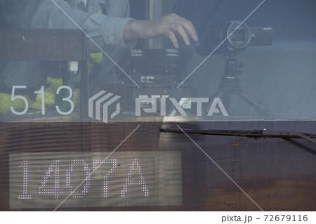 前面車窓カメラを撮影し、撮り鉄を監視するJR職員 72679116