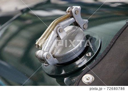 クラシックカーの給油口のキャップ 72680786