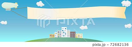 横断幕を付けた飛行船が飛ぶ街 青空 バナー 横長 フレーム 72682136