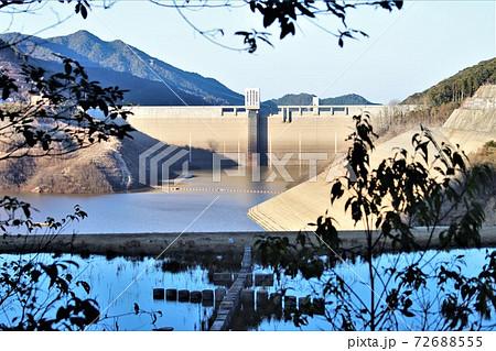 五ヶ山ダムビオトープから見たダム湖 72688555
