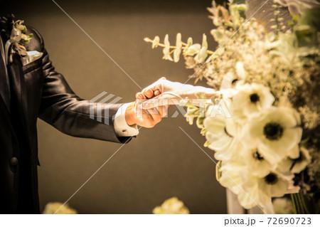 結婚式場バージンロードで手をつなぐ新郎新婦の素材 72690723