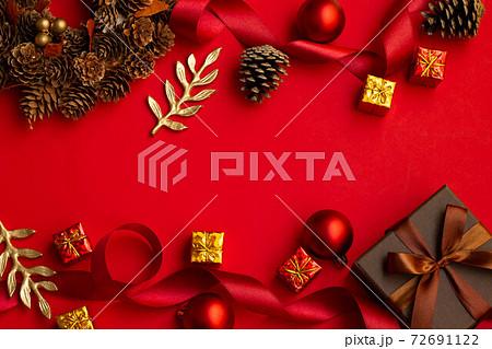 赤いクリスマスの装飾 72691122