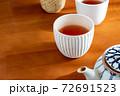 温かいほうじ茶の入った湯飲みと急須 72691523