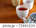 温かいほうじ茶の入った湯飲みと急須 72691524