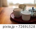 温かいほうじ茶の入った湯飲みと急須 72691528