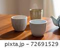温かいほうじ茶の入った湯飲みと急須 72691529