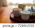 温かいほうじ茶の入った湯飲みと急須 72691530