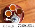 温かいほうじ茶の入った湯飲みと急須 72691531