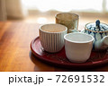 温かいほうじ茶の入った湯飲みと急須 72691532