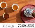 温かいほうじ茶の入った湯飲みと急須 72691535
