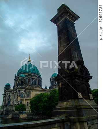 ドイツの首都ベルリン中心部のベルリン大聖堂 72695785