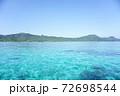 沖縄のエメラルドグリーンの海と雲一つない空 72698544