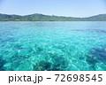沖縄、石垣島の海と雲一つない空 72698545