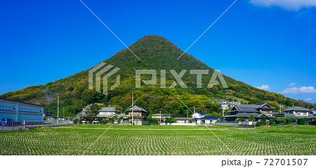 青空に映える「讃岐富士」こと讃岐七富士の一つ飯野山 72701507