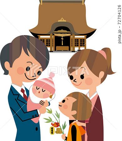 初詣する家族 72704126