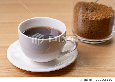 インスタントコーヒー/白いカップとソーサー 72708335