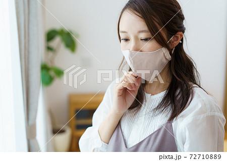 マスクをつけた女性   72710889