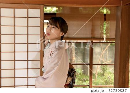 和室にたたずむ若く美しい着物女性 72720327