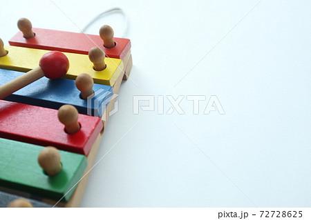 カラフルなおもちゃの木琴 72728625