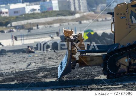 海面上昇している砂浜に砂を入れる工事現場で活躍する働く車 72737090
