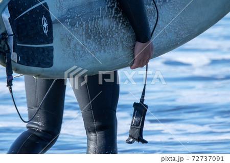 屋外で楽しめるサーフィンを楽しむサーファー 72737091