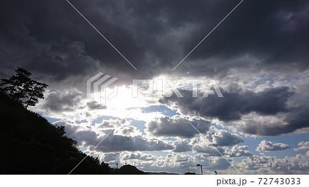 雲の隙間に太陽 72743033