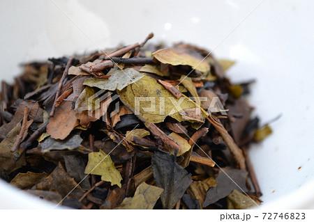 陶器に入れた手炒り煙臭付加の京番茶 72746823