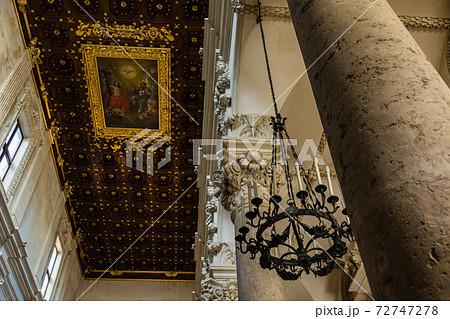 イタリア レッチェのサンタ・クローチェ聖堂の内装 72747278