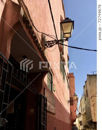 モロッコ メクネスの路地とイスラム風ランプ 72749676