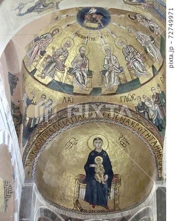 ギリシャ オシオス・ルカス修道院の天井の壁画と祭壇 72749971