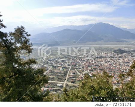 ギリシャ メテオラ修道院群から見た麓の街並みと山々 72751271