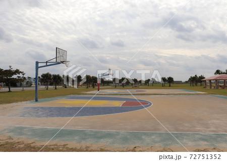 沖縄の豊崎のビーチにあるバスケットボールコート 72751352